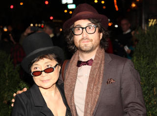 SEAN LENNON: Sean Lennon med sin mor Yoko Ono. Foto: Paul Zimmerman / AFTP / NTB Scanpix