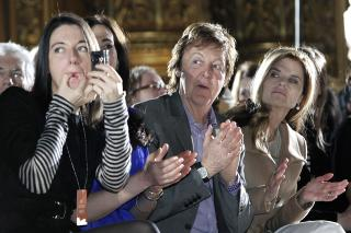 MARY MCCARTNEY:Paul McCartney og datteren Mary er p Catwalk-visningen til Stella McCartney. Foto: Thibault Camus / AP Photo /NTB Scanpix