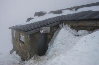 HYTTELIV: P� toppen av Gaustatoppen har Den norske turistforeningen en hytte, som if�lge foreninga ble oppf�rt allerede i 1893. Her kan du kj�pe deg noe � spise, og med ti sengeplasser kan du ogs� overnatte om du booker p� forh�nd. Foto: ROGER BRENDHAGEN