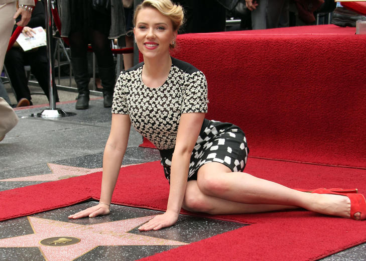 WALK OF FAME: Scarlett Johansson fikk i mai sin stjerne i Hollywoods Walk of Fame. N fr hun ogs 400 000 av mannen som hacket telefonen hennes i september i fjor. Foto: Stella Pictures