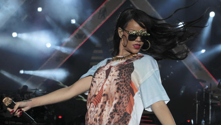 FORRYKENDE SCENESHOW: Rihanna er kjent for  levere show p scenen med gjennomfrte effekter og frekk dans. Foto: Olivia Harris / Reuters / NTB Scanpix