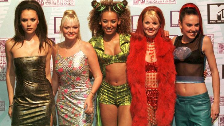 IKONISKE PLAGG: Jentegruppa Spice Girls var kjent for sine korte magetopper, trange kjoler og hye Buffalo-sko. Foto: Scanpix