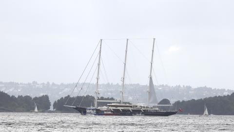 LUKSUSSKIP: Den brennende yachten er circa hundre meter lang. Foto: Tipser.no/Daniel  D. Laabak
