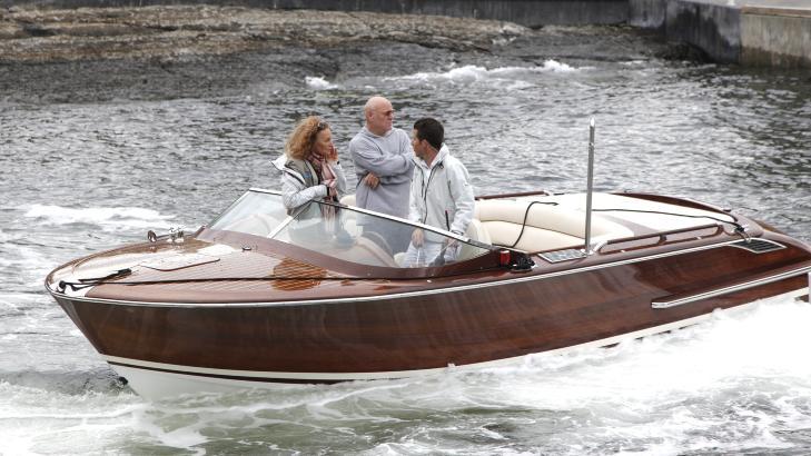 P� VEI UT: Barry Diller (70) og Diane von F�rstenberg ble hentet av mannskapet, og er her p� vei ut til det brennende skipet. Foto: Sveinung Uddu Ystad / Dagbladet