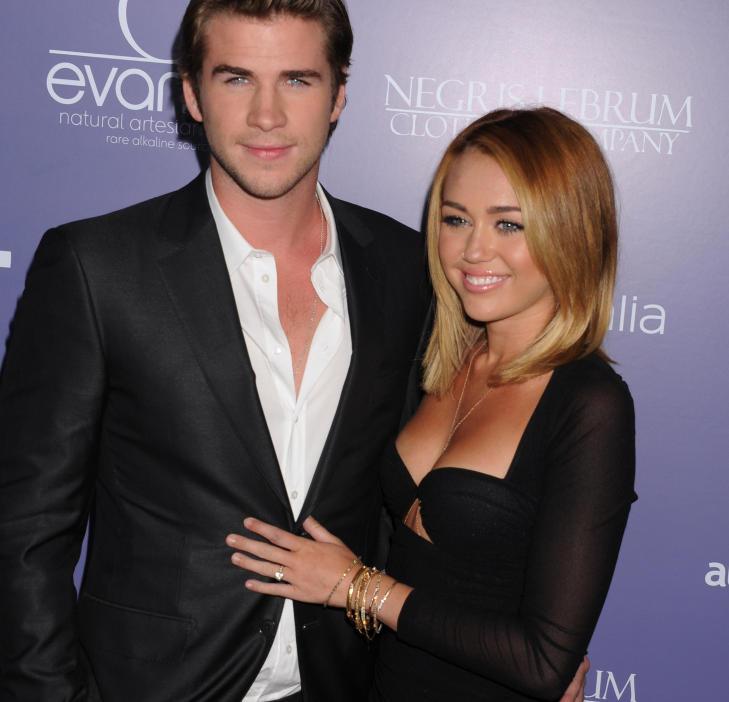 LYKKELIGE:Til tross for deres unge alder har Miley Cyrus og Liam Hemsworth forlovet seg. Her er de to på et rød løper-event i California tidligere denne måneden, hvor en stolt Cyrus viste frem forlovelsesringen til fotografene. Foto: Stella Pictures