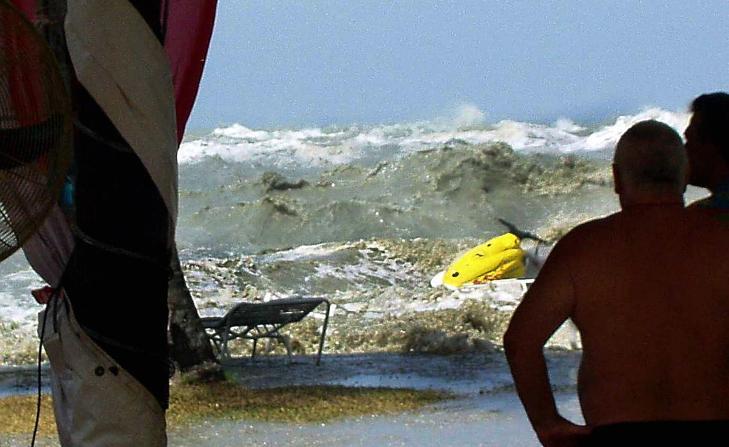 TSUNAMI: Dette bildet ble tatt av turisten Eric Skitzi, rett f�r tsunamien slo inn over stranda i Batu Ferringhi i Malaysia, 26. desember 2004. Tsunamien som ble utl�st etter et kraftig jordskjelv utenfor Sumatra, med styrke 9,2, tok livet av over 230 000 personer. Foto: ERIC SKITZI / MALAYSIA OUT / AFP PHOTO / NTB SCANPIX