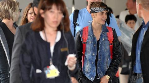 UTE PÅ TUR: Justin Bieber og kjæresten Selena Gomez ankommer her Tokyo der Bieber skal møte fans fra Japan og promotere sin nye CD. Foto: AFP PHOTO / KAZUHIRO NOGI