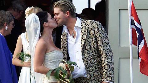 AQUA-PAR: Lene Nystr�m giftet seg med bandkollega S�ren Rasted i 2001, etter tre uker som kj�rester. Her utenfor Blovstr�d Kirke p� Nord-Sj�lland i Danmark. Foto: Scanpix