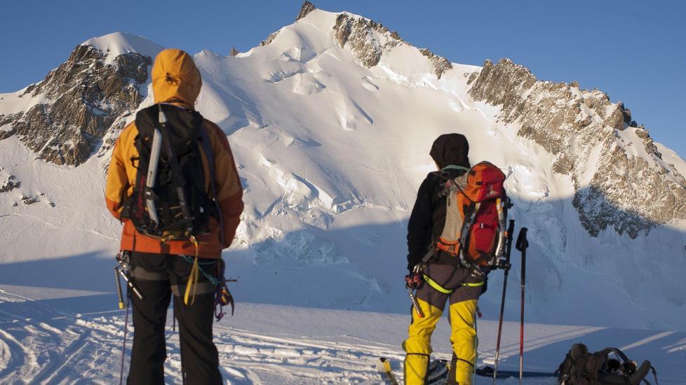 ULYKKESOMRÅDE:  To skiløpere ser opp mot fjellet Mont Maudit, der ni mennesker omkom i snøras sist uke. I går ble to fjellklatrere funnet ihjelfrosset i samme område. ARKIVFOTO: REUTERS/Emmanuel Foudrot/REUTERS.