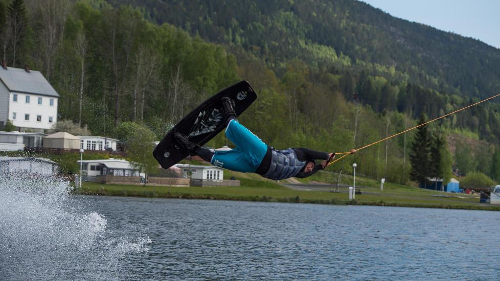 LUFTIGE TRIKS: Du kan både gjøre triks på de mange elementene rundt på banen i kabelparken, eller foreta luftige akrobatiske svev direkte fra vannet som her på bildet. Foto: ROGER BRENDHAGEN