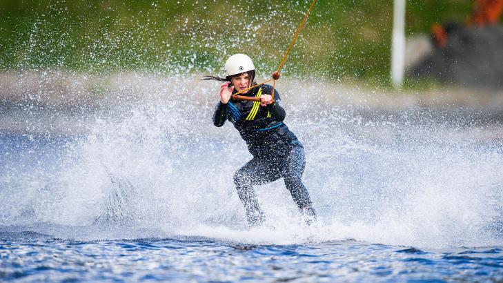 ENTUSIAST: Louise Lewinschal (35) har st�tt p� wakeboard i tre �r, og reiser fra Oslo til Norsj� nesten hver eneste helg for � trene. Foto: ROGER BRENDHAGEN