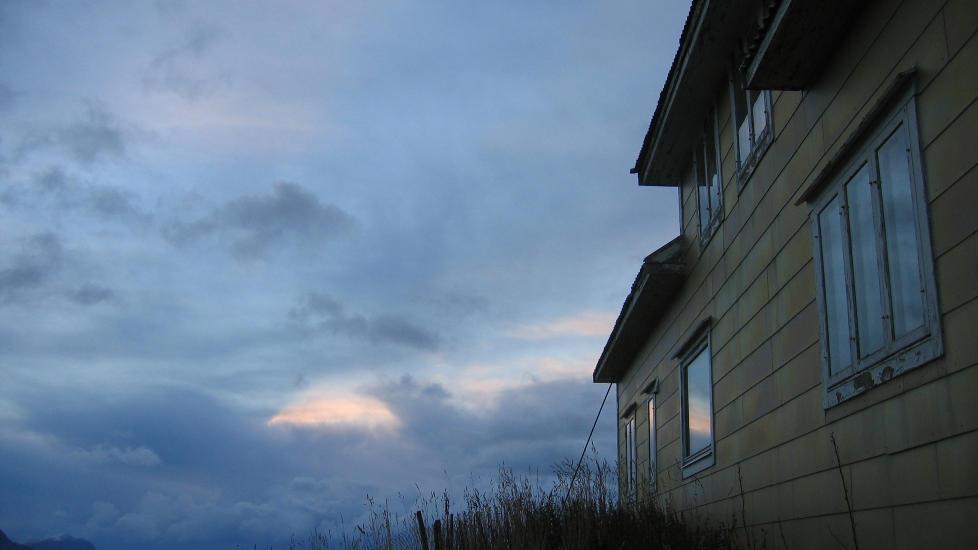 NÅR MAN KIKKER INN TIL NABOEN: «I halvmørke / inne i det nærmeste huset // snur en kvinne seg tungt / mot en liten bøyd mann», begynner Tove Arnardos vinnerdikt fra juni. Illustrasjonsfoto fra Lofoten. Foto: Maria Børja