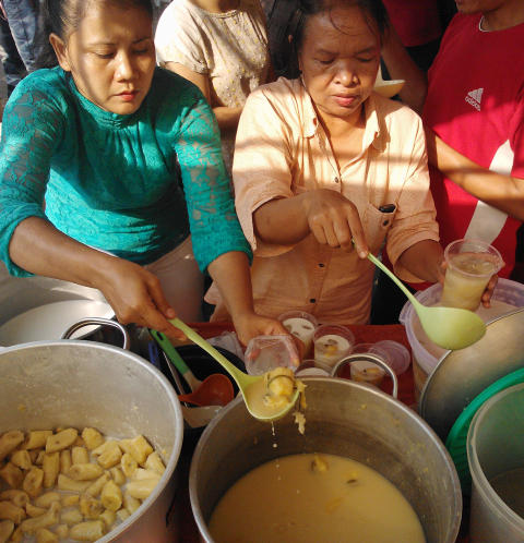 MATSIKKERHET: Globalt st�r matsikkerheten overfor enorme utfordringer, skriver EIU.  De siste ti �ra har de globale matprisene �kt dobbelt s� mye som inflasjonen. Her spiser indonesiske kvinner suppe.    Foto: AFP/BAY ISMOYO/SCANPIX