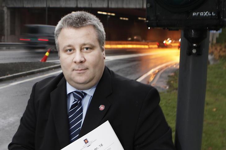 MOTSTANDER:  B�rd Hoksrud (Frp) er motstander av bompengeordningen og sier det er bilistene som blir sittende igjen med regninga for selskapenes ineffektivitet. Foto: Erling H�geland / Dagbladet
