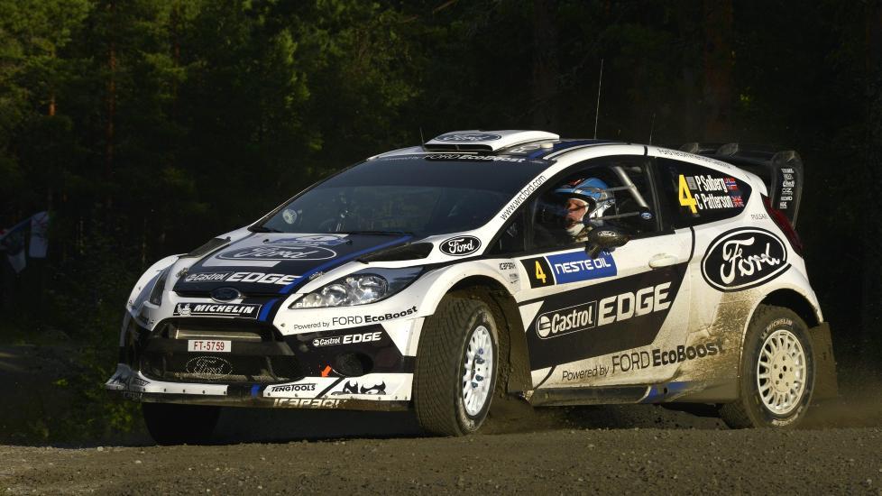KJEMPER I TOPPEN: Petter Solberg kjemper med stallkamerat Jari-Matti Latvala om en pallplass i Rally Finland.Foto: EPA / NTB Scanpix