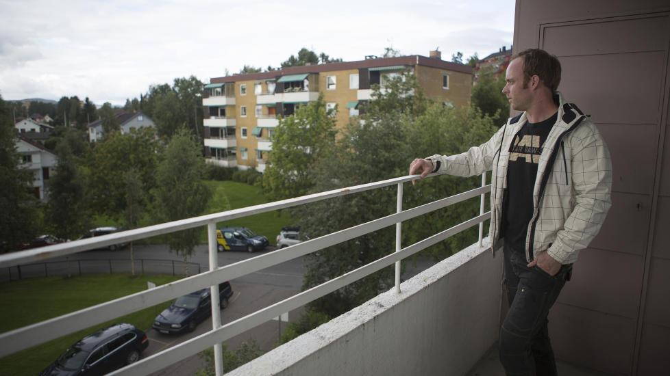 S� BIL: �ystein Kandal (29) la merke til en mystisk bil to ganger natt til s�ndag. Han har god utsikt ned mot krysset ved L�veveien og Dalbakkveien. Veikrysset og �stensj� Kanvas-barnehage ligger til venstre for bildet.  Foto: Jo Straube / Dagbladet
