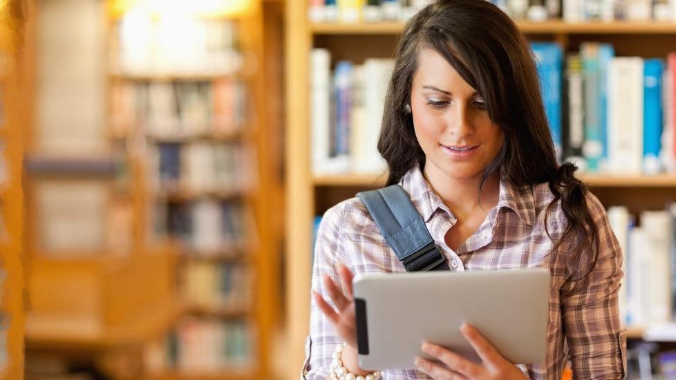 EFFEKTIVT: Et nettbrett kan være et effektivt hjelpemiddel i tillegg til en bærbar PC. Ta notater, sjekk timeplaner, chat, Skype og send e-poster på en kjapp og effektiv måte. Dreamstime