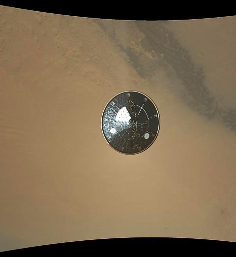 ADJ�: Roveren fotograferte varmeskjoldet p� vei ned mot overflaten etter separasjonen mandag morgen. Foto: AFP PHOTO /  HANDOUT / NASA / JPL-CALTECH / NTB SCANPIX
