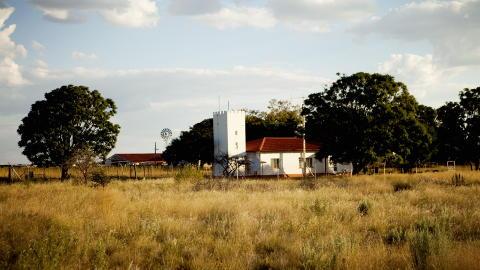 Mitt Afrika: Du kjenner igjen husene til tyskerne p� de elektriske gjerdene som omkranser dem.