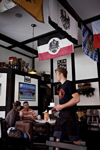 Brauhaus: P� den beste restauranten i byen Swakopmund, hvor mange nazister dro etter krigen, er alle hvite.