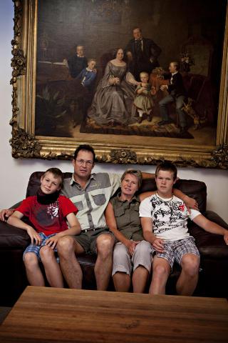 Familieportrett: Familien Schreiber anno 1850 og 2012. Fra venstre Damian, Reinhold, Kirsten og Dennis. Kirsten ukependler til en tysk skole i Windhoek med guttene.