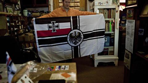 �Kriegsflagge�: Ludwig Haller eier Peters Antiques, og selger mye av effekter fra andre verdenskrig, som dette krigsflagget fra Det tredje rike.
