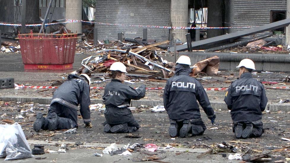 P� KN�RNE: Politifolk gjennoms�ker H�yblokka etter terrorangrepet i fjor. Foto: Kripos / NTB Scanpix  Foto: KRIPOS / Scanpix