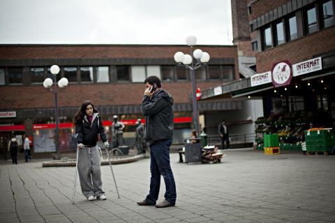 VIKTIG M�TE: Isabell (22) er oppvokst ved T�yensenteret. De siste sju �ra har hun v�rt uten fast bopel. Hun skj�nner godt at Jan Erik i politiets gatepatrulje blir bekymret n�r han ser henne, og h�rer hva hun har � fortelle denne ettermiddagen.