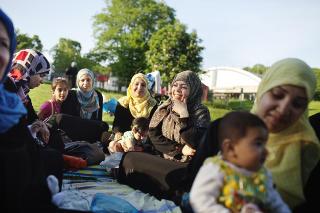 TIMEOUT I T�YEN-PARKEN: - Vi er bekymret for oppvekstmilj�et, sier de irakiske m�drene Sina (29) og Wella (28), til h�yre.