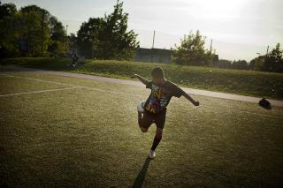 LYSPUNKT: — Jeg har l�rt en del ny slang etter at jeg kom hit, forteller Jonas (12), som er hyppig bruker av fotballbanen i T�yen-parken.