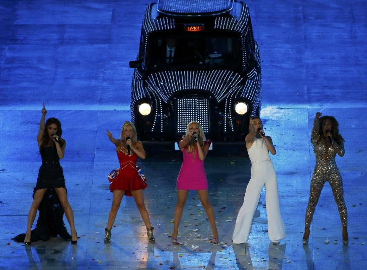 GJENFORENT FOR EN KVELD: Spice Girls underholder 80 000 tilskuere og flere hundre millioner TV-seere under avslutningsseremonien for OL 12. august i r. Fra venstre: Victoria Beckham, Geri Halliwell, Emma Bunton, Melanie Chisholm og Melanie Brown. Foto: REUTERS/David Gray/Scanpix NTB