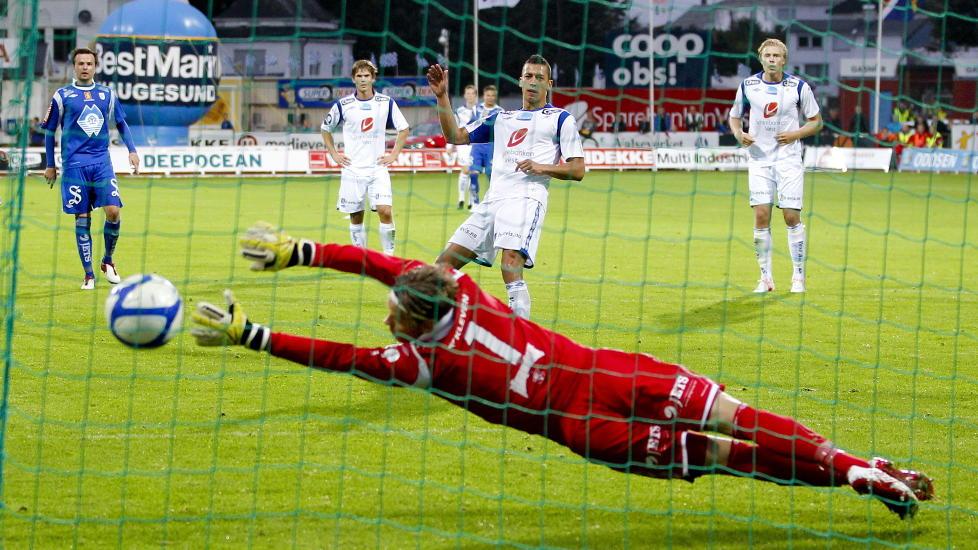 UT ETTER STRAFFEKONK: Nikola Djurdjic og Haugesund er ute av cupen etter straffekonkurranse mot H�dd. Foto: Jan K�re Ness / NTB scanpix