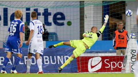 M�L: Her scorer H�dd 1-0 p� Haugesunds keeper Per Morten Kristiansen. Foto: Jan K�re Ness / NTB scanpix