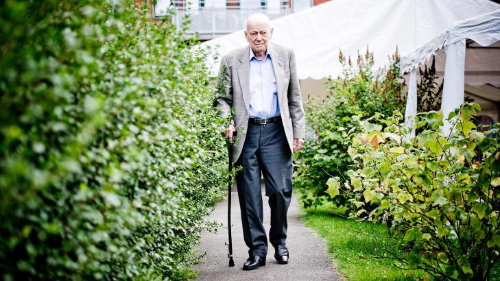 G�R TUR DAGLIG: I hagen p� eldresenteret g�r Carl Falck tur hver dag. Foto:Thomas Skaug/Dagbladet