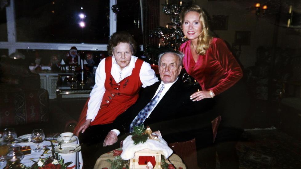 GLADE JUL:  Mona H�iness har fortalt at hun har feiret julaften 27 �r p� rad med ekteparet Per Urdahl og Synn�ve Alver Urdahl. Disse juleselskapene hadde ikke de to f�rste Urdahl-slektningene som vitnet i skiftetvisten h�rt om. Foto: Privat.