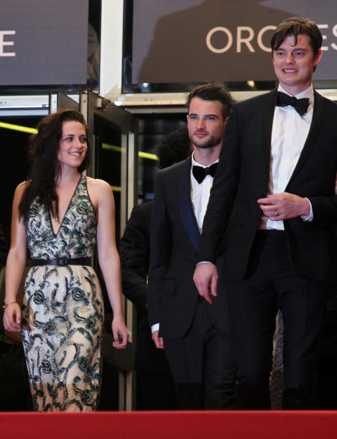TRANG F�DSEL: I mai lanserte (fra venstre) Kristen Stewart, Tom Sturridge og Sam Riley �On the Road� med brask og bram i Cannes. Siden har filmen v�rt tilbake p� klippebordet, og n� droppes den p� norsk kino. Foto: AP Photo/Scanpix