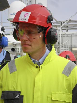 BOREVILLIG: Olje- og energiminister Ola Borten Moe (Sp) lar seg definitivt ikke stanse av en breddegrad, og omfavnes av Frp for sin nordlige boreiver. Foto: Koranyi Balazs / REUTERS