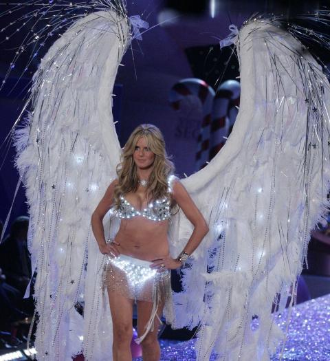 POPUL�R UNDERT�YSENGEL: Heidi Klum (39) har v�rt undert�ysengel for �Victoria's Secret� siden 2002. Her er skj�nnheten p� catwalken i 2005. Foto: Stella Pictures
