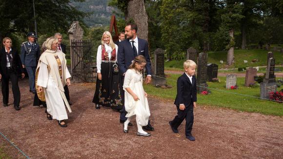 P� PLASS: Kronprinsfamilien var selvf�lgelig p� plass. I forgrunnen er Marius' sm�s�sken prinsesse Ingrid Alexandra (8) og prins Sverre Magnus (6). Foto: Per Fl�the / Dagbladet