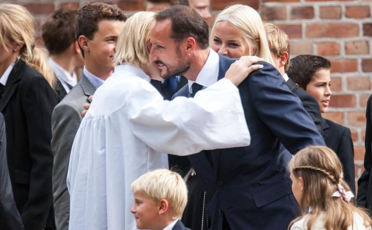 GRATULASJONSKLEM: Marius Borg H�iby fikk en god klem av kronprins Haakon utenfor Asker kirke etter at konfirmasjonsseremonien var over s�ndag. Foto: Per Fl�the / Dagbladet