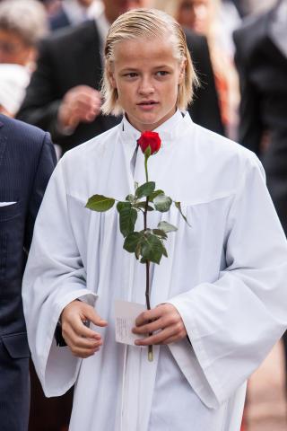 KONFIRMASJONSROSE: Marius Borg H�iby ute av kirka med r�d konfirmasjonsrose. Foto: Per Fl�the / Dagbladet