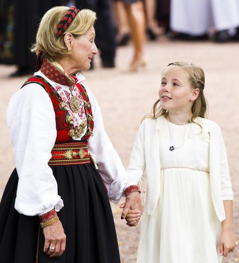 MED BESTEMOR: Prinsesse Ingrid Alexandra (8) med bestemor dronning Sonja utenfor kirka etter konfirmasjonsseremonien. Foto: Vegard Gr�tt / NTB Scanpix