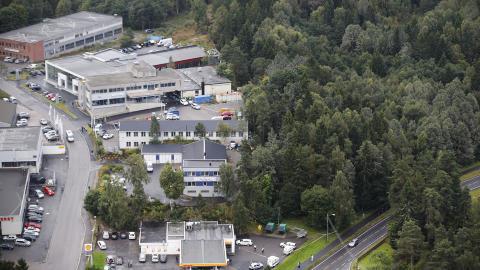 FRA D�R TIL D�R: Politiet g�r n� fra d�r til d�r for � samle informasjon etter at det i g�r kveld ble funnet en d�d person p� Sofiemyr i Oppeg�rd. Foto: Bj�rn Langsem / Dagbladet
