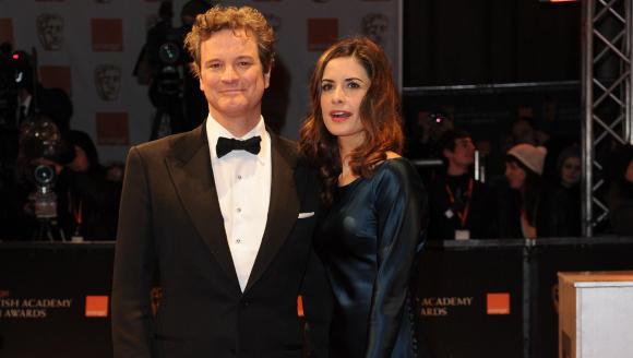 I SKARRA P� R�D L�PER: Kona til den kjente skuespilleren Colin Firth, Livia Firth, bruker ofte Nina Skarras design p� den r�de l�peren. Her er Firth i Skarra-kjole p� fjor�rets BAFTA-utdeling med ektemannen. Foto: Stella Pictures