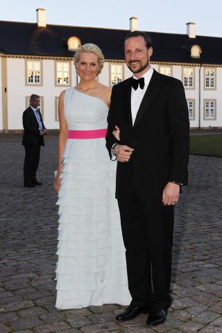 SKARRA-FAN: Kronprinsesse Mette-Marit (39) har flere ganger vist seg i Nina Skarras design. Her er hun p� vei inn til dronning Margrethe av Danmark sin 70-�rsfeiring i 2010 ikledd en mintgr�nn Skarra-kreasjon. Kronprinsessen har if�lge Skarra ikke tid til � komme p� visningen l�rdag. Foto: H�kon Mosvold Larsen / NTB Scanpix
