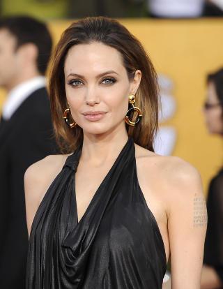 SKARRA-FAN: Hollywood-skuespiller Angelina Jolie (37) plukket med seg en av Nina Skarras r�d l�per-kjoler p� filmfestivalen i Cannes tidligere i �r. Foto: Scanpix