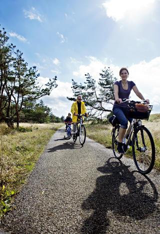 BARNEVENNLIG: Omr�det har sykkelvei mil etter mil. Her kommer Dovile Ridzeviciene (36), Laimis Rimselis (44) og Kristjonas (6). Foto: Nina Hansen / Dagbladet