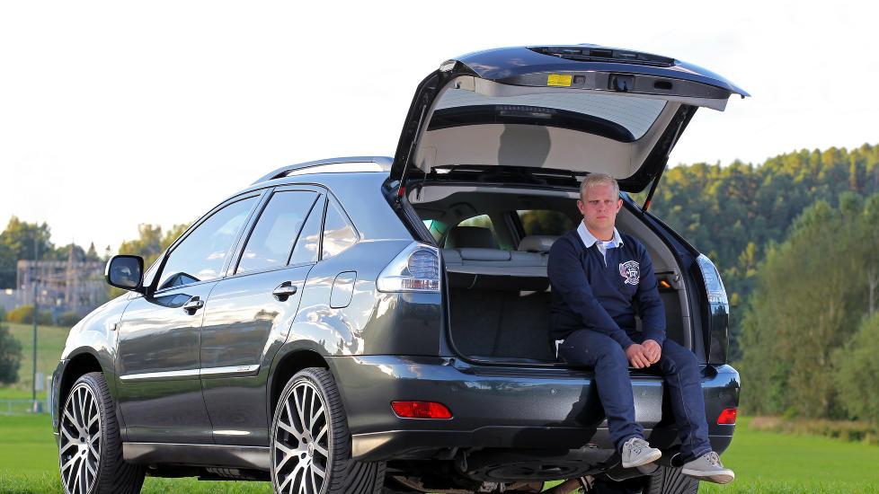 REN LUKSUS: Christer S�rlie (23) fra Oslo har kj�rt Lexus RX 400h i to �r. P� den tida har han tilbakelagt rundt 30 000 kilometer og er sv�rt forn�yd med bilen. - Den er godt utstyrt og har god plass, samt gode ytelser og lavt forbruk. P� blandet kj�ring ligger forbruket p� rundt 0,8 liter per mil, forteller han. Foto: Petter Handeland
