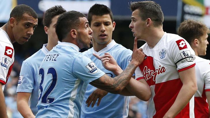 I KLINSJ: Carlos Tevez i krangel med Barton. Et albueslag fra Barton mot argentineren f�rte til r�dt kort. S� svartnet det for Barton. Foto: Phil Noble / Reuters / NTB Scanpix