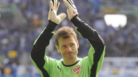 SPILTE I TOPPSERIER FRA 1989 TIL 2011: Lehmann avsluttet offisielt karrieren i 2010 for Stuttgart - f�r den ene siste kampen i Arsenal-tr�ye �ret etter. Her vinker han farvel til fansen i bundesligaen. Foto: AP / dapd / Daniel Maurer / NTB SCANPIX